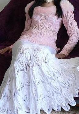 Белая вязаная юбка спицами
